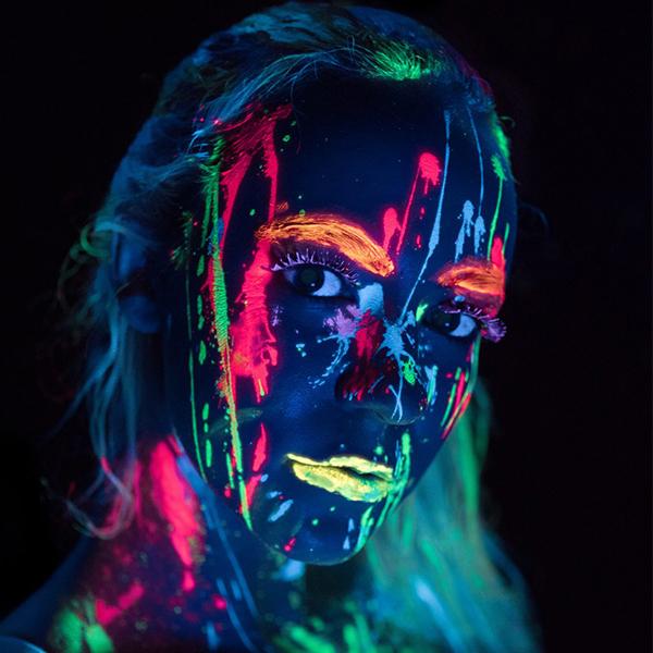pintura fluorencente cara mujer manchas neon