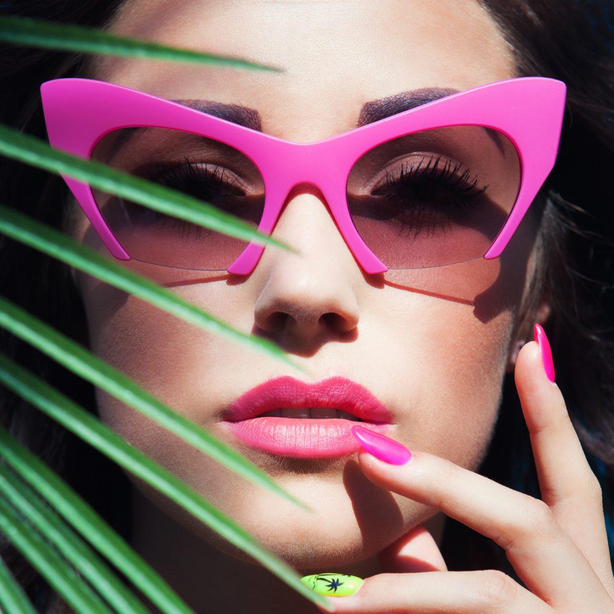 chica gafas rosas retro