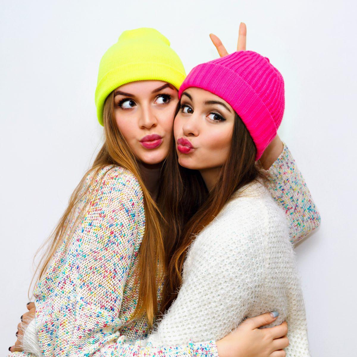 gorros de lana de rosa y amarillo