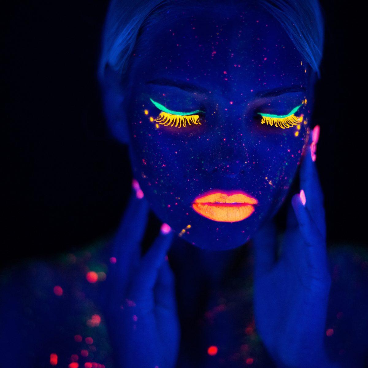 cara con pintura neon fluorescente