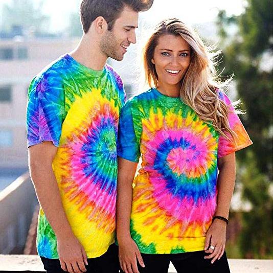 pareja con camisetas de colores neón fosforitos