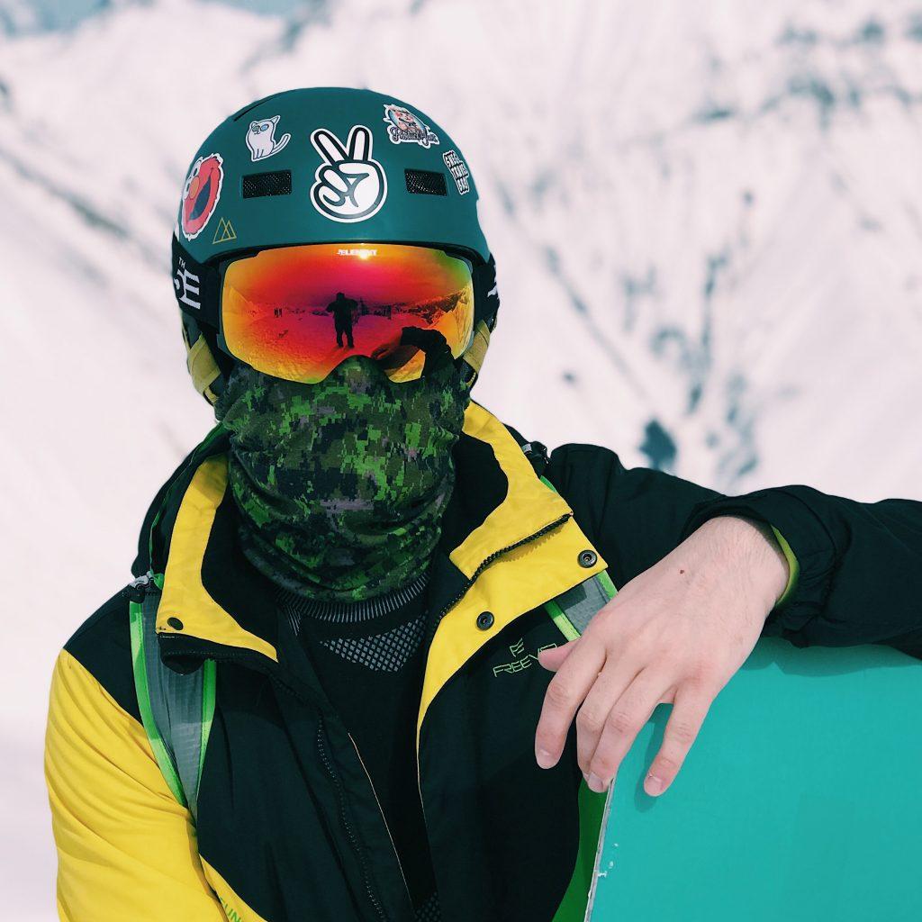 esquiador chaqueta amarilla fluor neon