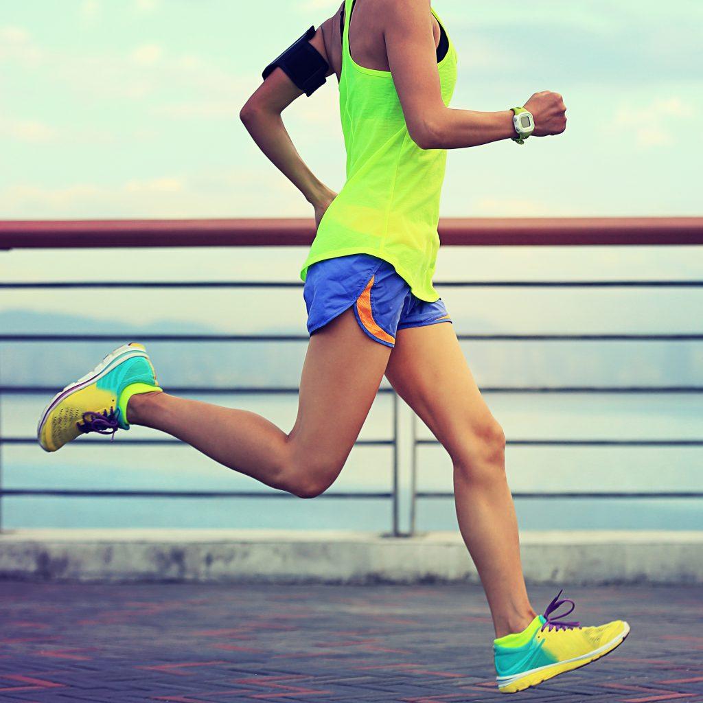 runner zapatillas nike amarillas camisa verde fluor
