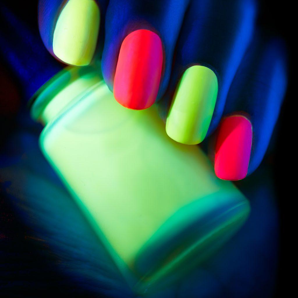 uñas neon amarillas y rosas fluorescentes